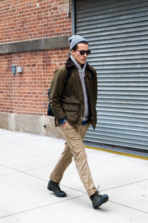 Street style: os rapazes usam o trend nas ruas. As calças chino são ótimas para compor looks bem despojado (dobre a barra da calça para este efeito) e também com camisas, numa produção mais formal.