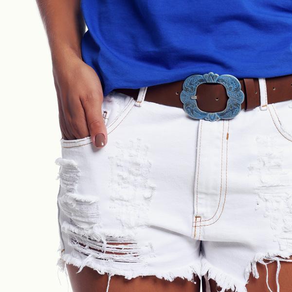 Cada vez mais democráticos, os cintos vêm com texturas e fivelas elaborados, com pedras, metal e outros adornos que diferenciam a peça.  E se engana quem pensa apenas no closet feminino os cintos vêm variados. Os rapazes também contam com uma variedade incrível de cintos, dos mais esportivos aos clássicos, em materiais como jeans e couro.  No look de verão, os cintos têm presença garantida e diferenciam o short + t-shirt, assim como a bermuda + moletom, trazendo modernidade ao visual das garotas e dos rapazes antenados em moda.  Espia só o nosso editorial sobre eles...os cintos nossos de cada dia!