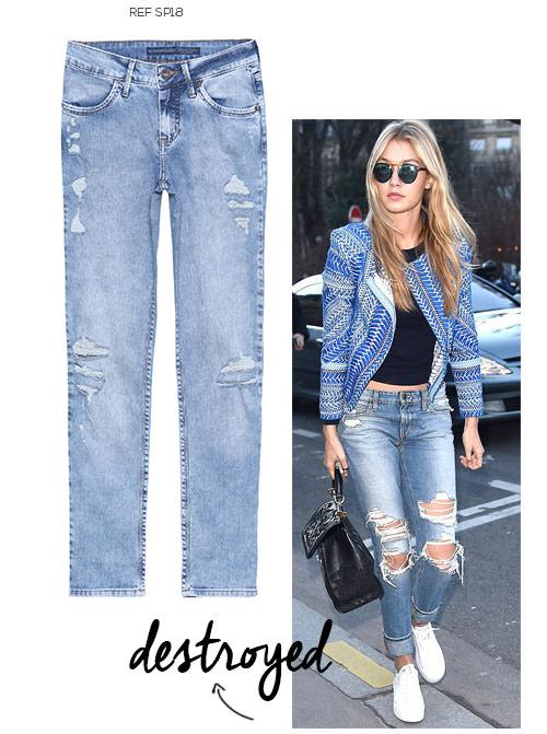 look feminino com tênis branco e calça jeans destroyed