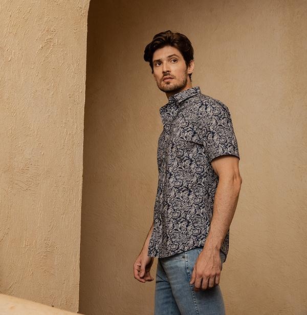 camisa de manga curta com jeans mais claro