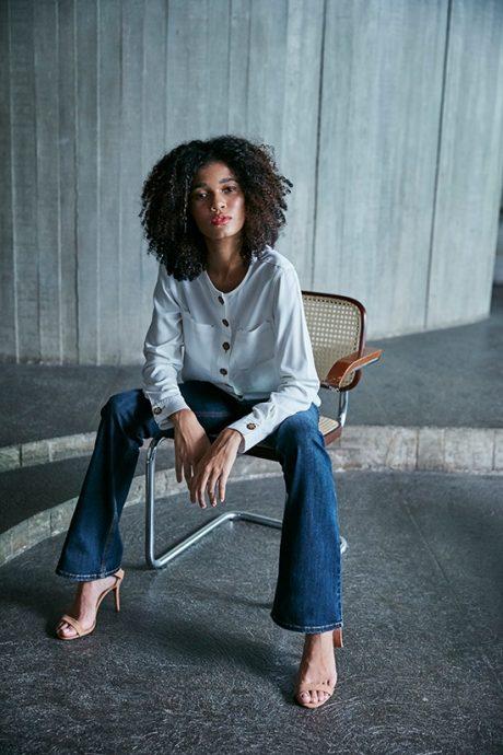 Camisa off white com calça jeans flare
