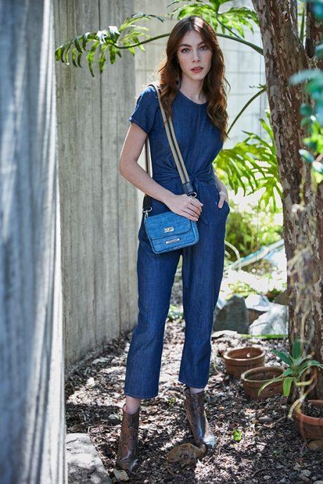 Macacão jeans feminino cropped e bolsa