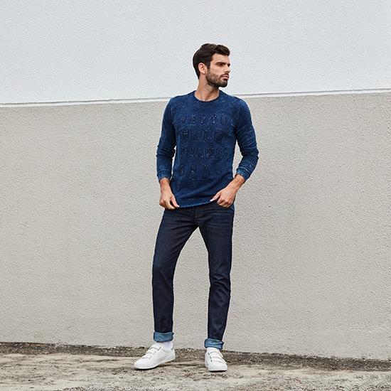 Calça jeans masculina com camiseta manga longa