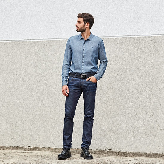 Look masculino, calça jeans com camisa social e cinto preto