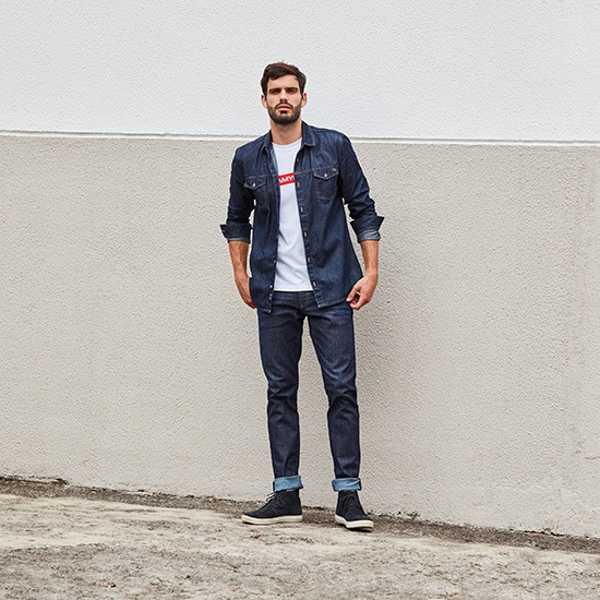 Total jeans masculino com camiseta branca com tipografia