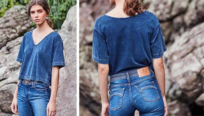 Camiseta de malha denim azul feminina e calça jeans.