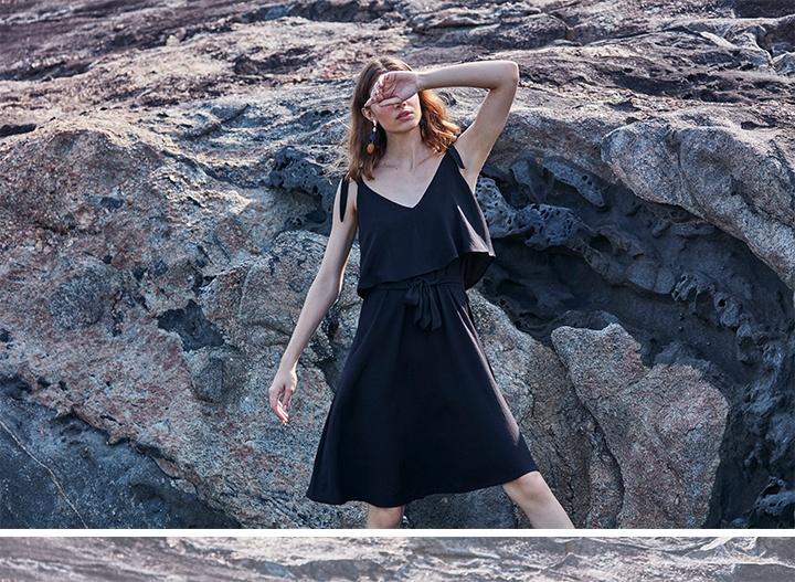 Vestido preto midi de alças, com detalhe de amarração na cintura.