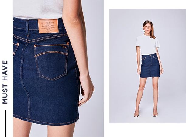 Saia média jeans com top branco.