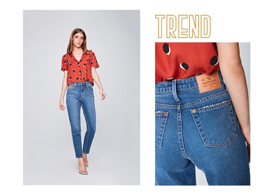 Calça jeans básica feminina e camisa cropped estampada.