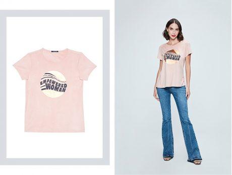 Calça flare com camiseta de malha rosa claro e estampa centralizada.