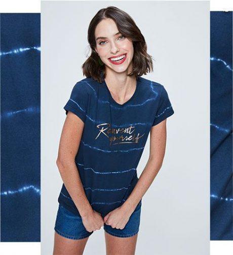 Short mini jeans com camiseta de malha em tingimento Tie Dye com tipografia centralizada na frente.