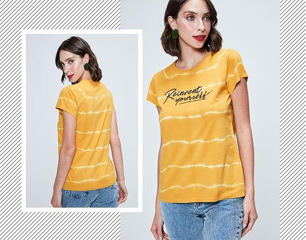 Camiseta de malha amarela com tingimento tie Dye e tipografia com calça jeans em lavanderia clara.