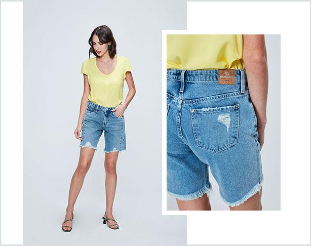 Bermuda jeans clara com barra desfiada e camiseta de malha amarelo clara.