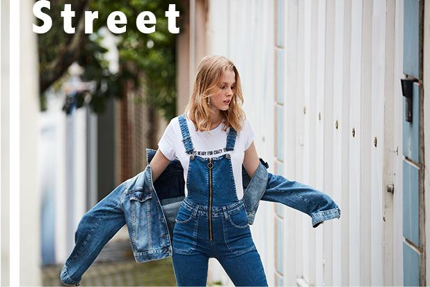 Jardineira jeans feminina
