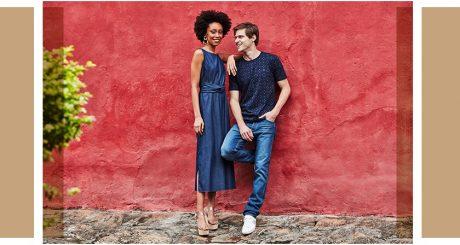 Vestido jeans midi com amarração na cintura, calça jeans masculina e t-shirt azul.