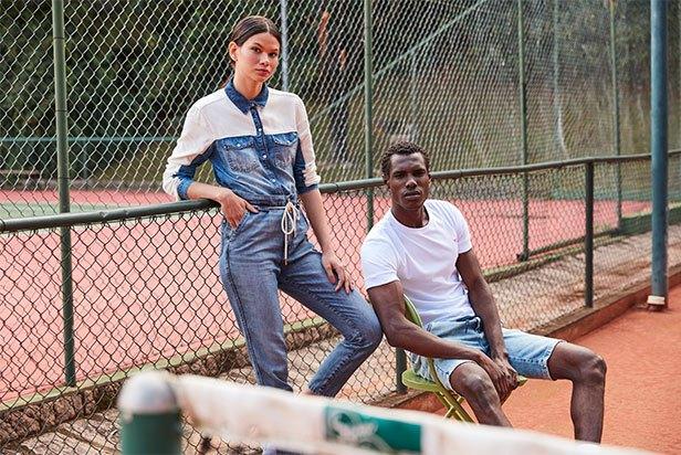Camisa feminina jeans com detalhe de recorte branco nos ombros e braços, calça jeans carrot. Bermuda masculina jeans clara e camiseta de malha branca básica.