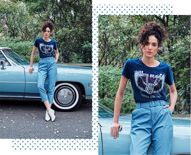 Calça chino em jeans claro com cinto de fivela, camiseta feminina em malha denim com estampa centralizada.