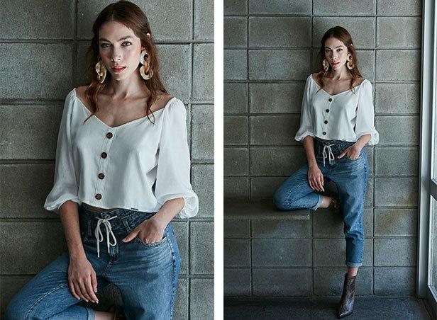 Blusa com decote ombro a ombro, mangas 3/4 e detalhe de botões na frente com calça jeans jogger com detalhe de amarração com cadarço crú.