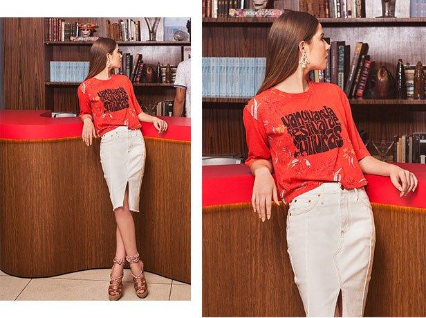 Saia jeans midi em off white, camiseta de malha vermelha com estampa centralizada.