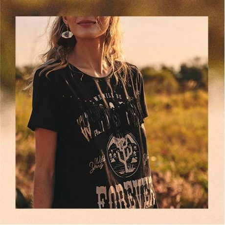Camiseta preta de malha com estampa vintage e detalhe de franjas na frente.