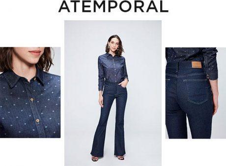 Calça feminina flare jeans escuro, camisa manga longa com estampa de poás, zero descarte de água na produção das duas.
