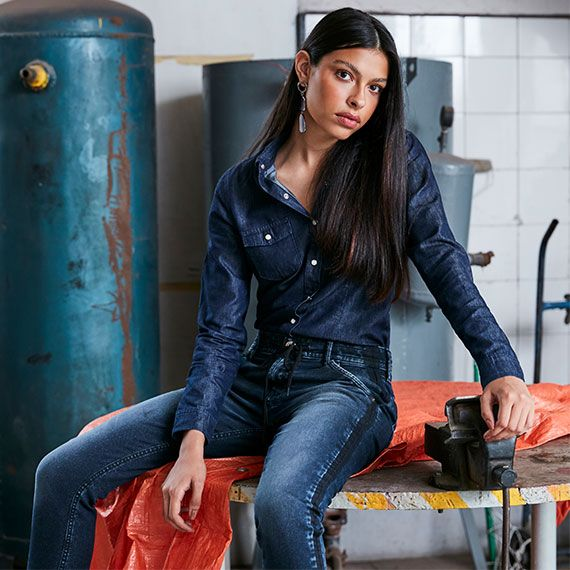 Camisa feminina jeans escuro e calça jogger jeans escuro com recorte lateral.