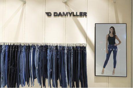 Guia jeans com detalhe das peças,arara com as peças jeans.