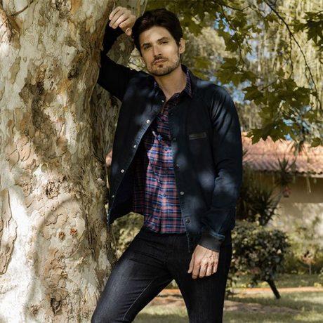 Calça masculina jeans escuro,camisa xadrez em vermelho e azul com jaqueta bomber jeans escuro.