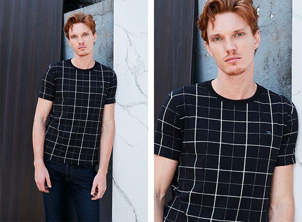 Camiseta preta com xadrez branco