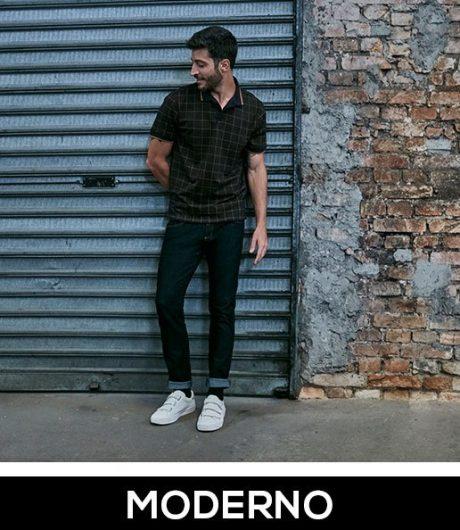 Calça skinny masculina azul escuro e camiseta gola polo de manga curta com estampa xadrez.