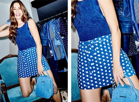 Short saia de tecido fino azul marinho com estampa de poás branco e body azul marinho em malha.