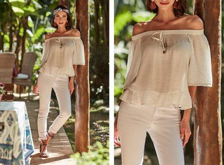 Calça skinny branca e bata off white com transparência ombro a ombro com babados na parte de baixo.
