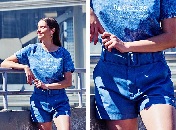 Short azul escuro com cinto do mesmo tecido com maxi fivela e camiseta em denim manchado com estampa centralizada.