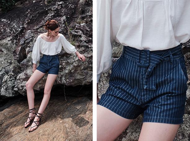 Bata ombro a ombro branca com mangas bufantes e short jeans de cintura alta com listras brancas e cinto no mesmo tecido e estampa.