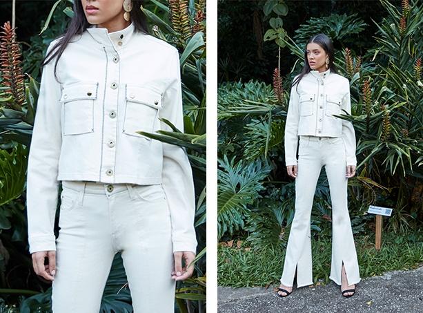 Calça flare off white com detalhe de abertura na parte de baixo frontal, jaqueta off white com detalhe de bolsos nas laterias na parte da frente, usada com botões todos fechados.