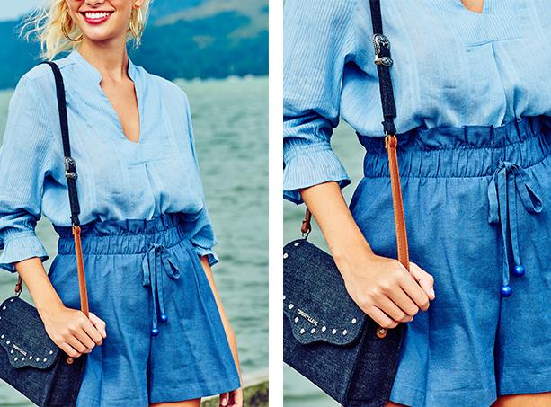Bata em tecido leve azul claro com decote, short clochard azul escuro, bolsa media jeans escuro com alças em jeans e detalhe caramelo.