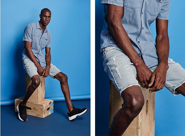 Camisa masculina jeans claro de mangas curtas e bermuda jeans clara com puídos laterais.