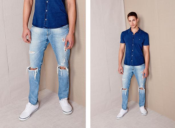 calça jeans claro com rasgos nos joelhos