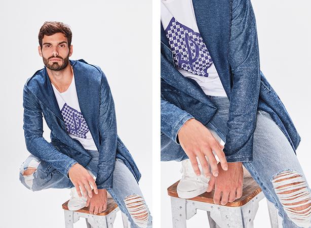 Calça masculina jeans claro com rasgos nas pernas, camiseta branca com logo da marca em azul centralizada e cardigã azul por cima da camiseta.