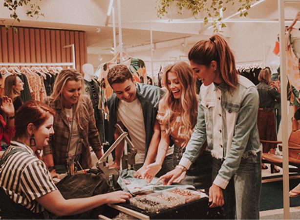 Pessoas na loja, influencers, customizando os jeans.