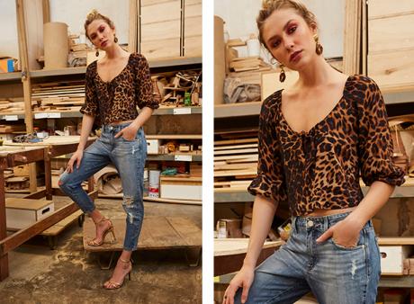 Calça jeans boyfriend feminina com detalhe de rasgos nos joelhos e blusa com estampa de onças, detalhe de amarração no decote e mangas 3/4 bufantes.