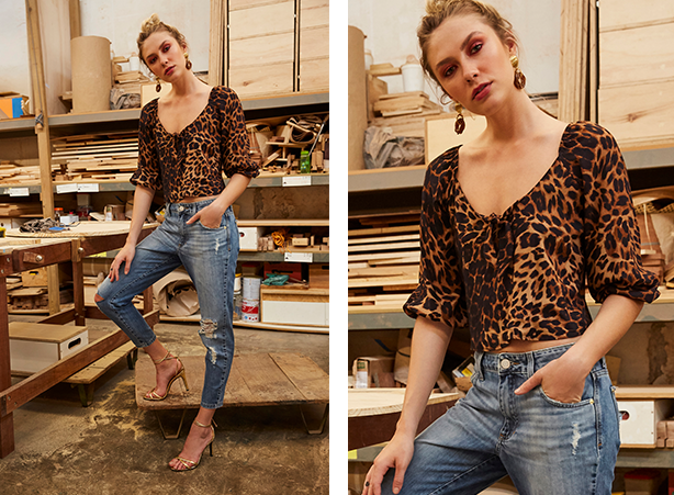 blusa com estampa de onças mangas 3/4 bufantes.