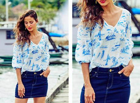 Saia mini jeans escuro com bata off white com estampa azul marinho de barcos e coqueiros com mangas bufantes 3/4.