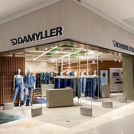 Foto da loja, entrada, vitrine e manequins.