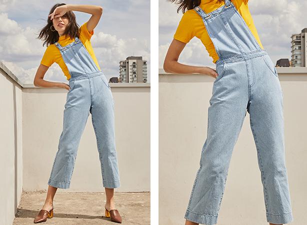Jardineira jeans claro com blusa de manga curta de gola alta em tecido canelado e cor amarela.