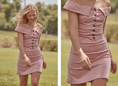 Vestido mini rosa claro, decote ombro a ombro e babados com fechamento de botões na parte da frente na parte de cima.