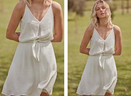 Vestido de tecido leve na cor branca, de alças, detalhe no decote e amarração na cintura.