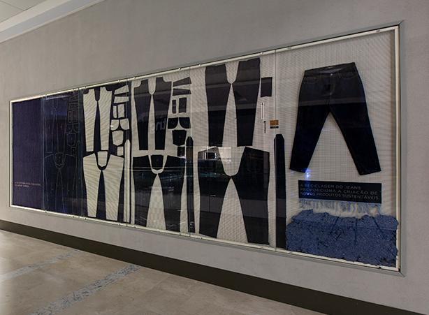 Foto de um quadro com jeans expostos.