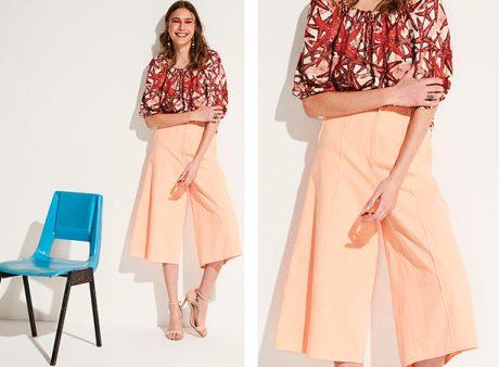 Calça pantacourt laranja neon com blusa com estampa de estrelas marinhas com elástico nas mangas e amarração no decote.