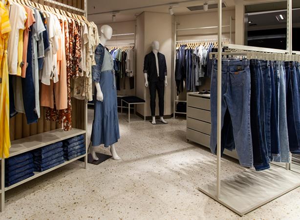 Foto de dentro da loja, mostrando o detalhe do piso com pedra portuguesa.